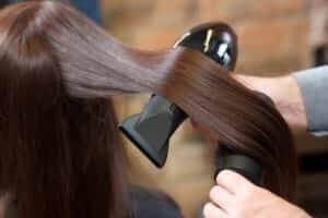 髪をブローしているイメージ
