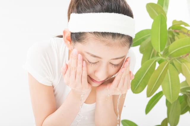 洗顔している女性イメージ