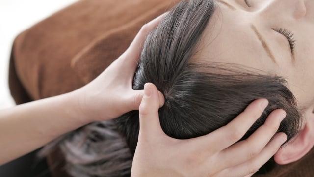 頭皮マッサージされてる女性イメージ