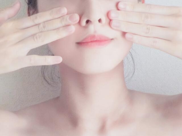 冬の乾燥で肌を気にする女性イメージ