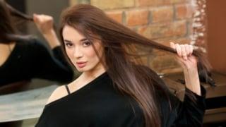 髪のダメージを気にしている女性イメージ